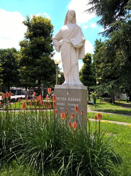 La Statua di Pietro d'Abano, nei Giardini pubblici del Kursaal