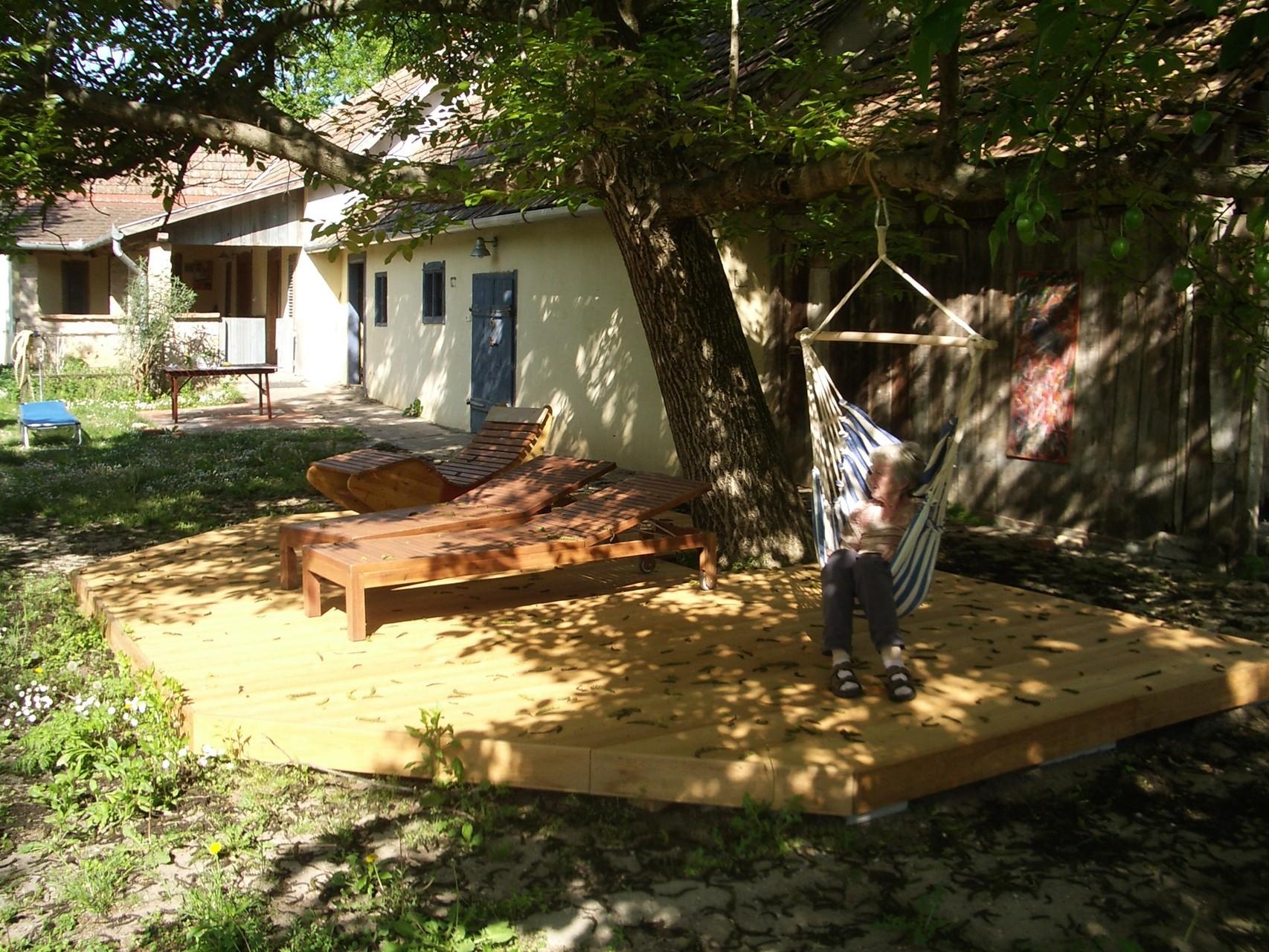 Holzdeck unterm Nußbaum