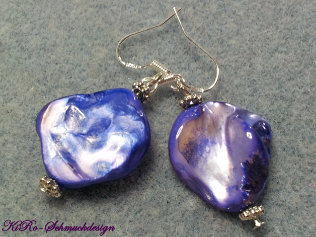 Ungeformte Perlmutt-Ohrhänger  in Blau