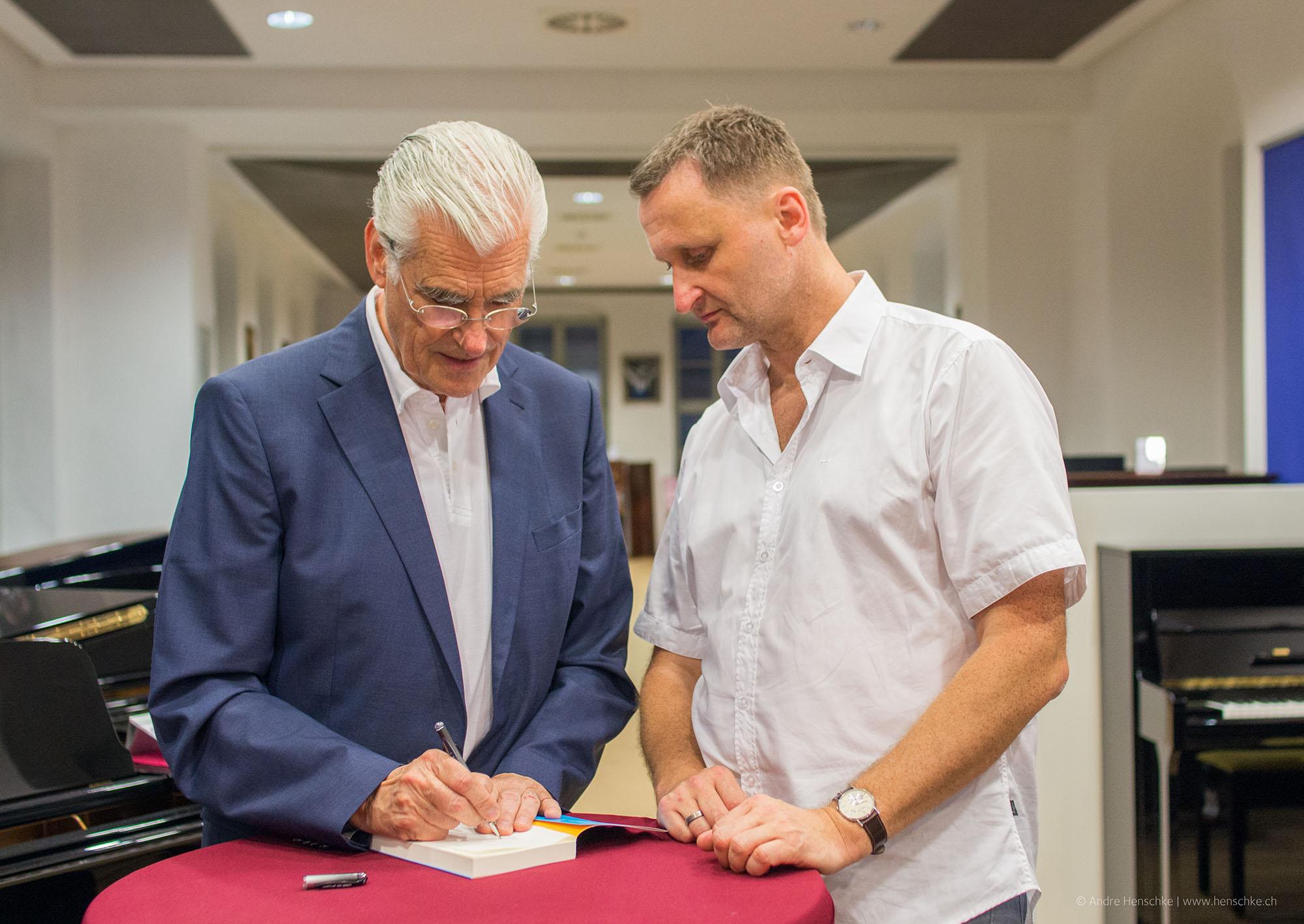 Auch der Veranstalter Dirk Kohl lies es sich nicht nehmen, auch ein Buch von Sky du Mont signieren zu lassen