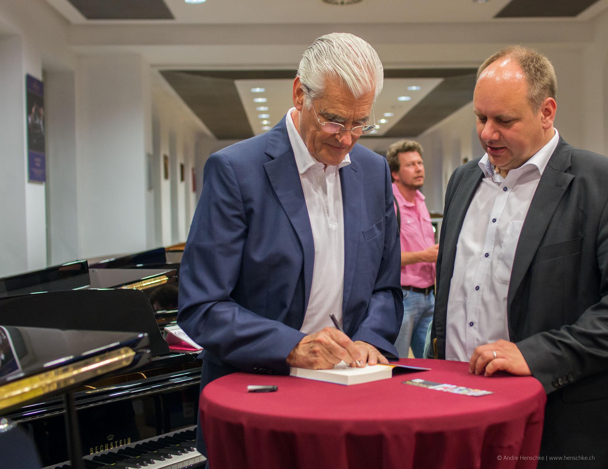 Sky du Mont signiert ein Buch für OB Dirk Hilbert