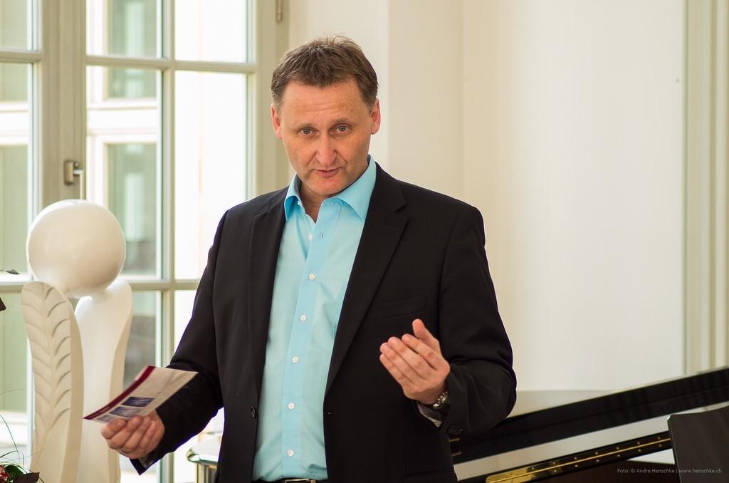 Dirk Kohl (Veranstalter) begrüßt seine Gäste zur 11. Literaturlounge und der ersten im Dresdner Piano Salon