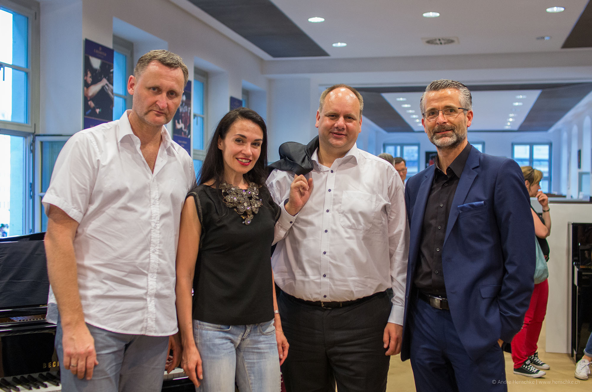 v.l.n.r. Dirk Kohl (Weltbuch), Lidia Valenta (Sängerin), Dirk Hilbert (OB), Dirk Riedel (ICM Bank)