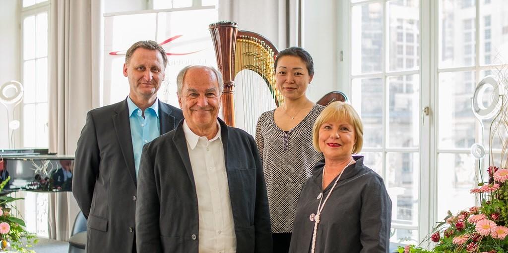 Die Protagonisten v.l.n.r. Dirk Kohl (Weltbuch Verlag), Claus Böhm (Autor), Kazumi Hashimoto (Harfenistin), Frau Böhm