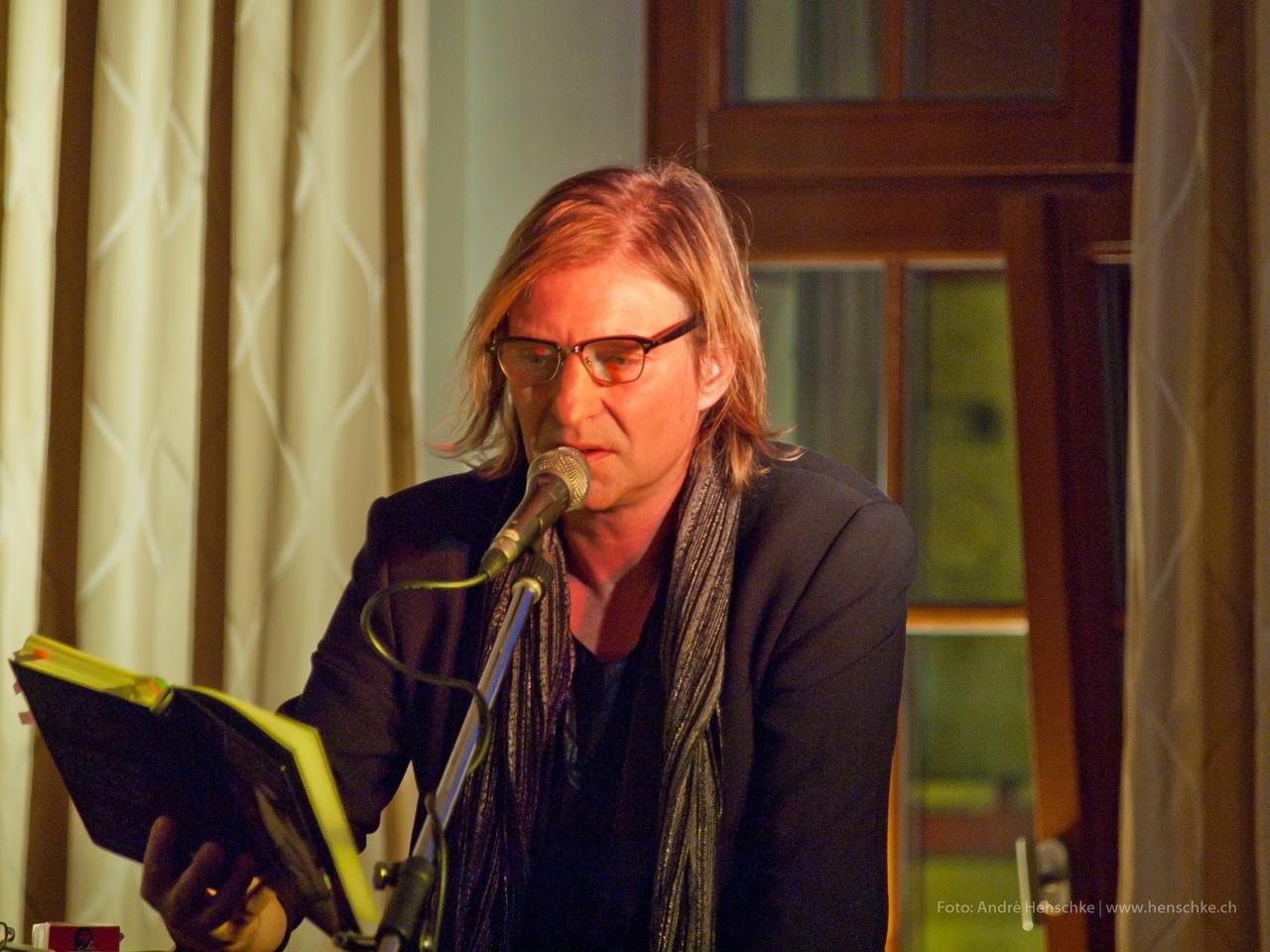 Dirk Zöllner liest. Die Brillenform wählte dabei das Publikum.