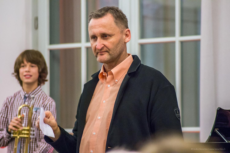 Dirk Kohl stellt den 11-jährigen Trompeter Richard Harnisch (li.) vor