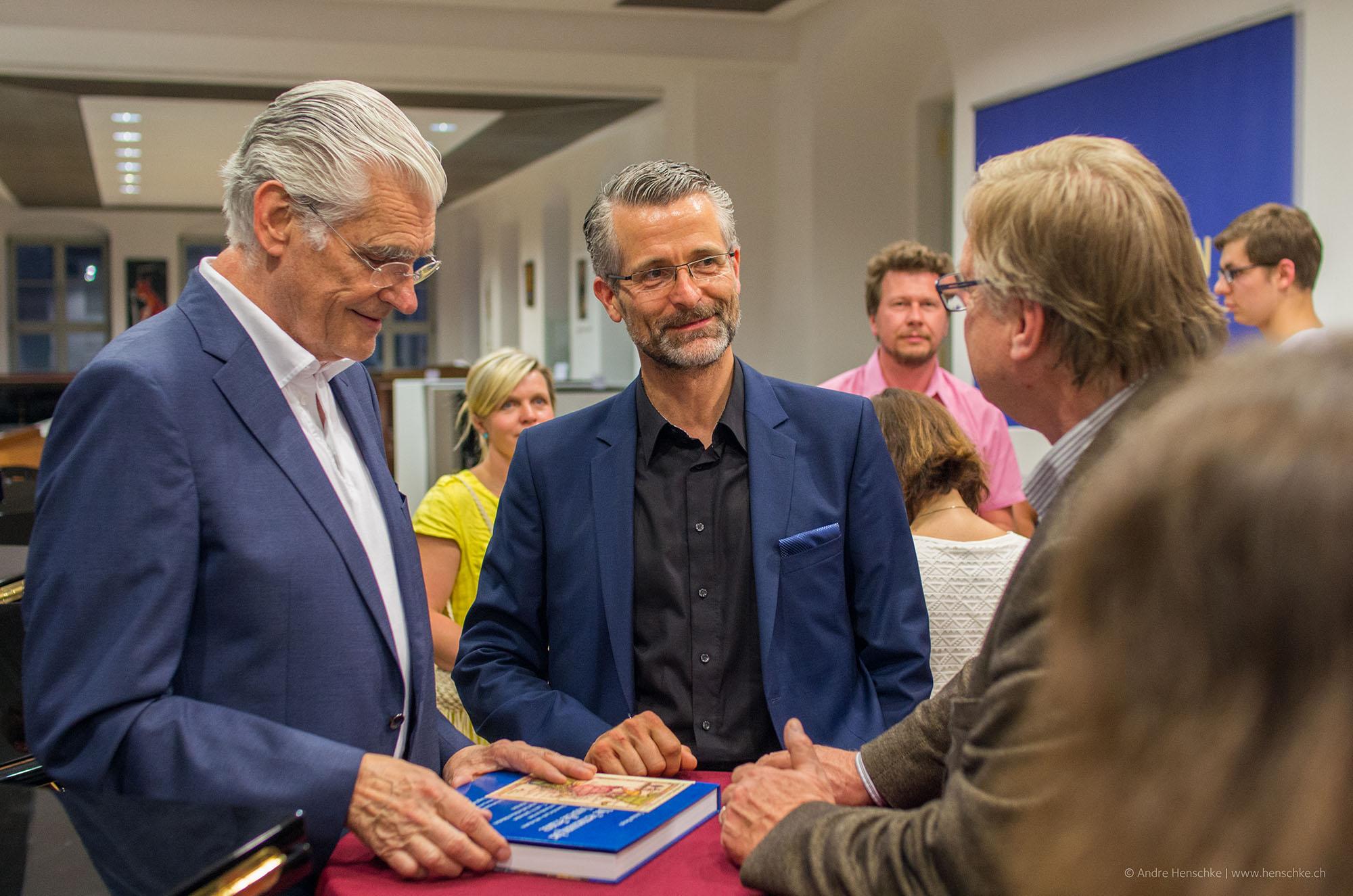 Sky du Mont im Gespräch mit den Sponsoren des Abends, v.l.n.r. Dirk Riedel (ICM Bank) und Prof. Ingo Kolboom (Kolboom Kultur Kontor)