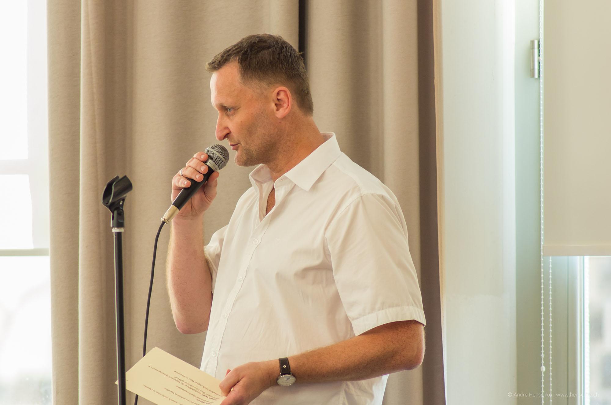 Veranstalter und Initiator der Literaturlounge und Montagslesung Dirk Kohl vom Weltbuch Verlag begrüßt die 175 Gäste des Abends