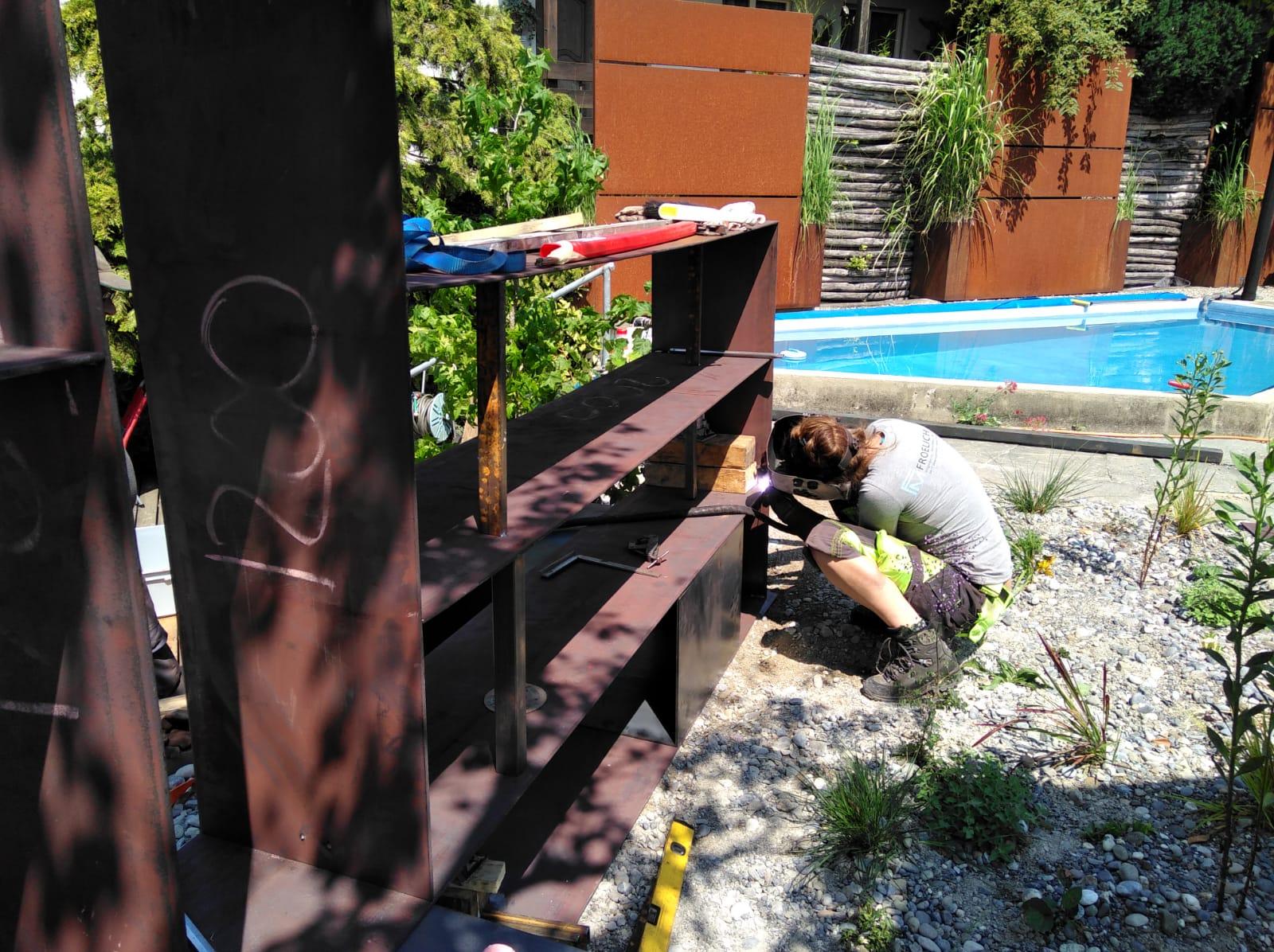 Gartenmöbel aus rohem Stahl, vor Ort verschweisst