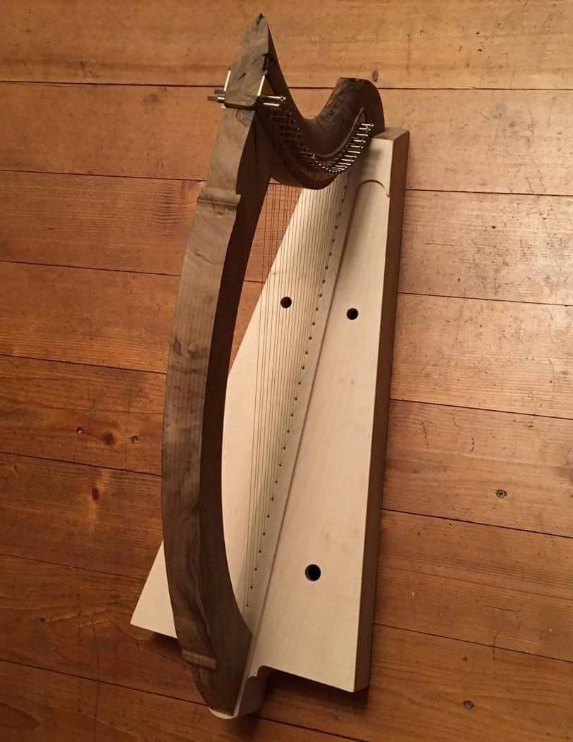 Die Harfe zusammengebaut und bespannt