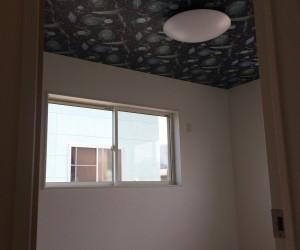 部屋の天井にもこだわりました。