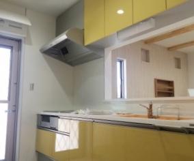 黄色がアクセントのシステムキッチンになります。