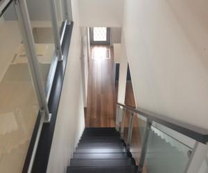 黒の階段もオシャレですね。