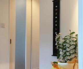 関節照明や、壁掛けができる玄関です。