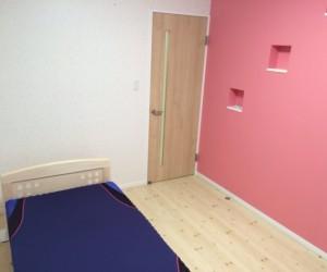 寝室です。壁の色にアクセントをつけました。