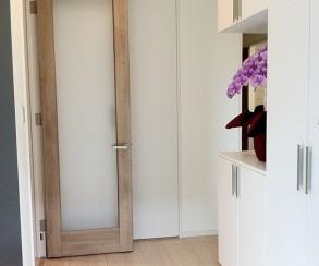 玄関収納は通常の下駄箱以外に壁一面にも収納を設けました。
