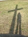 Der Schatten von Kreuz und Frau