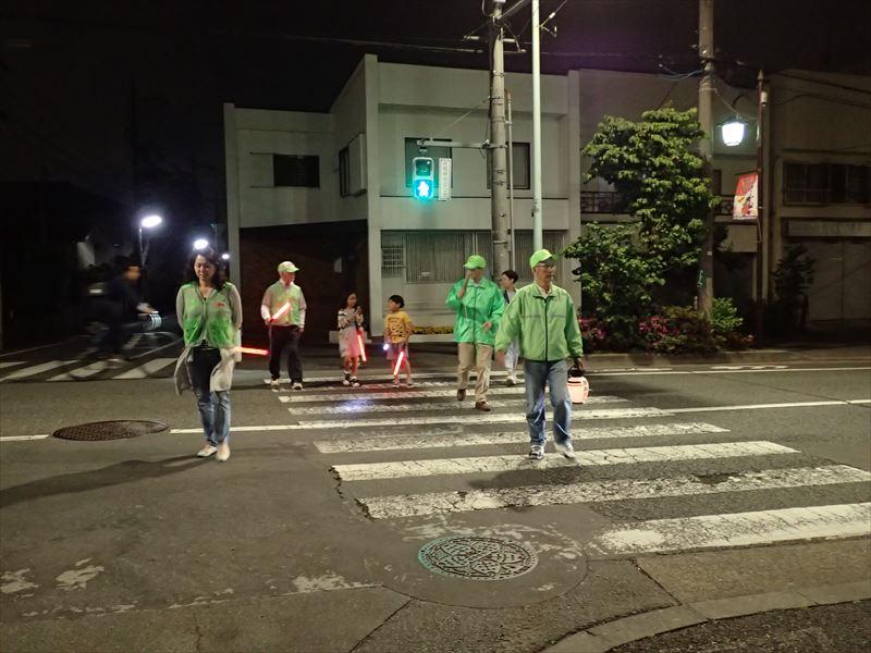 緑のレンジャー、保護者、児童のチームで巡回