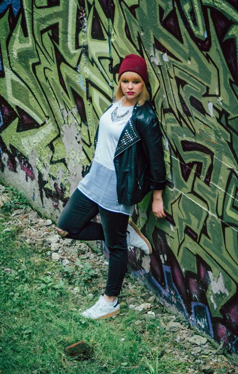 ©️benjamin wojcik photography - Dortmund Fotograf: junge Frau vor Graffiti