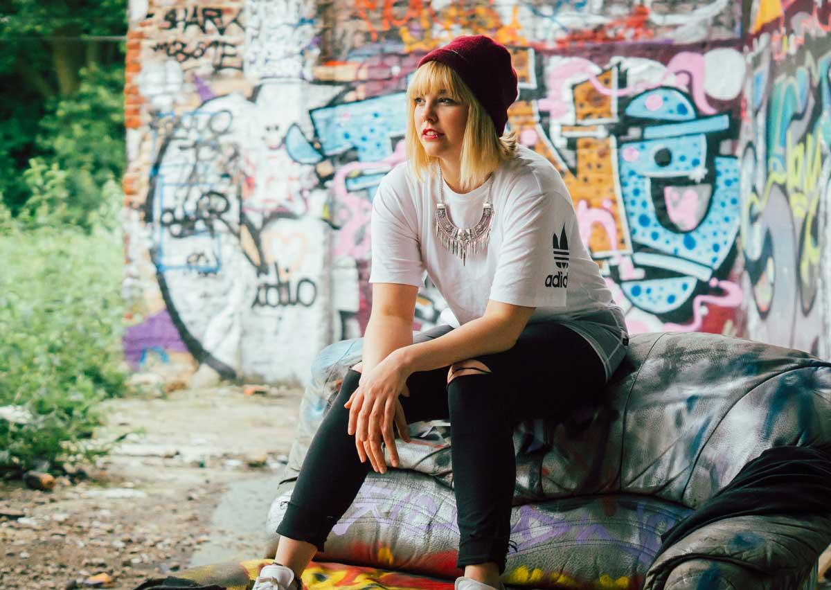 ©️benjamin wojcik photography - Dortmund Fotograf: Blondine auf altem Sofa