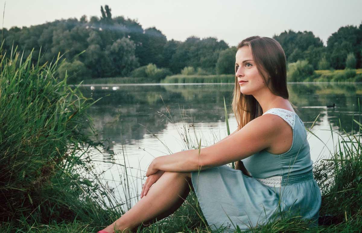 ©️benjamin wojcik photography - Fotografen Dortmund: Romantische Fotos Dortmund. Frau sitzt an See