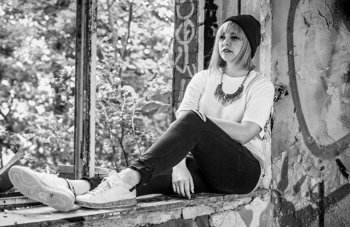 ©️benjamin wojcik photography - Dortmund Fotograf:Frau auf Fensterbrett