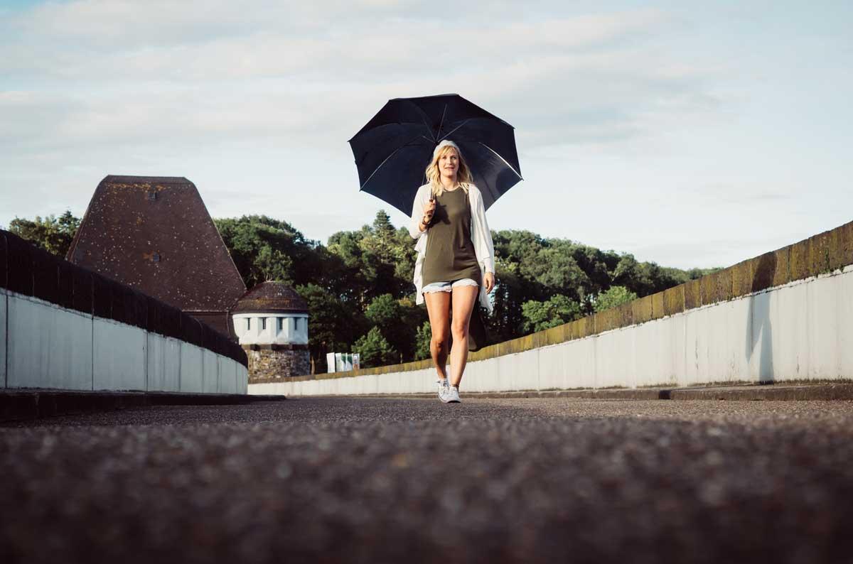 ©️benjamin wojcik photography - Fotograf Sauerland: Spaziergang mit Regenschirm