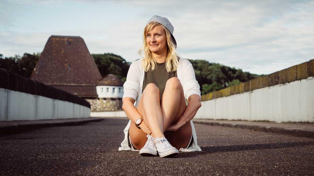 ©️benjamin wojcik photography - Fotograf Sauerland: Frau blond im Schneidersitz