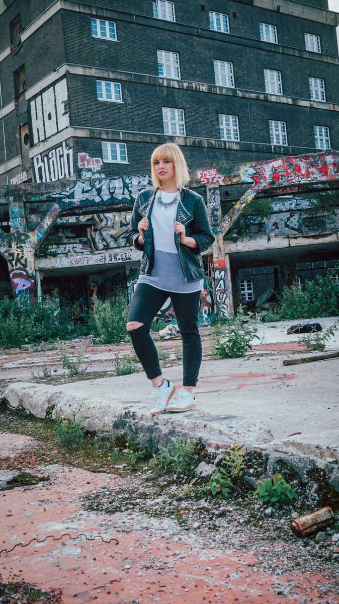 ©️benjamin wojcik photography - Dortmund Fotograf: Frau posiert in Hausruine
