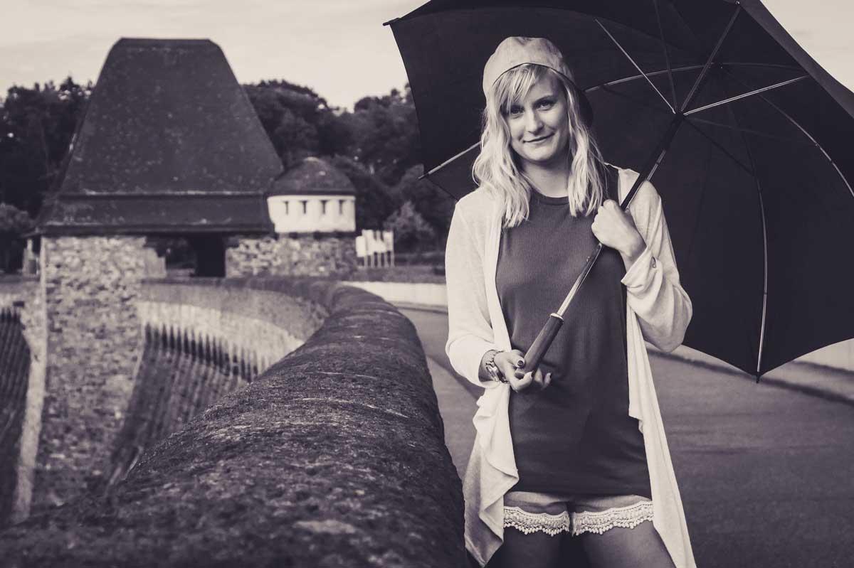 ©️benjamin wojcik photography - Fotograf Sauerland: Junge Frau mit Regenschirm