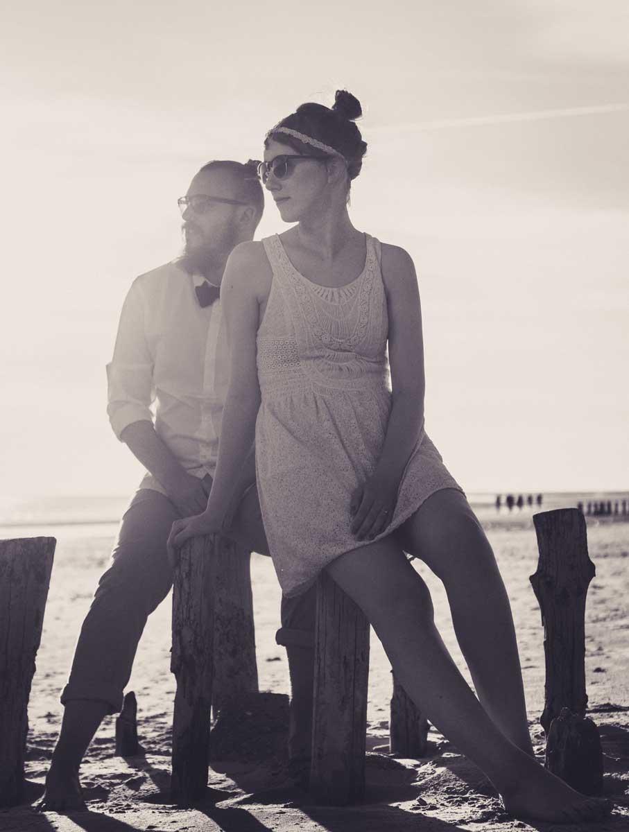 ©️benjamin wojcik photography - Fotograf Dortmund: Paar auf Holzpfeilern