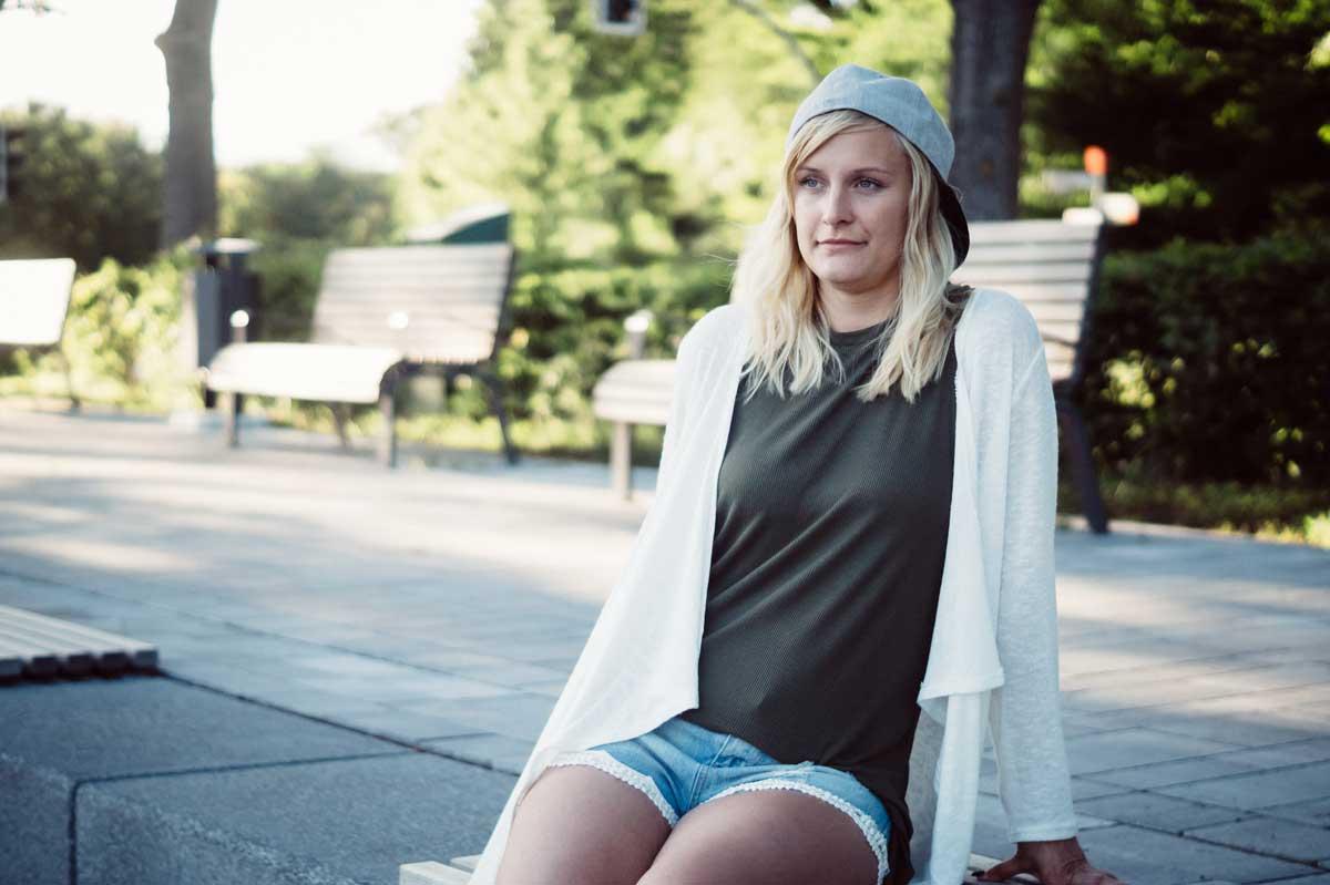 ©️benjamin wojcik photography - Fotograf Sauerland: Blonde Frau mit Cap