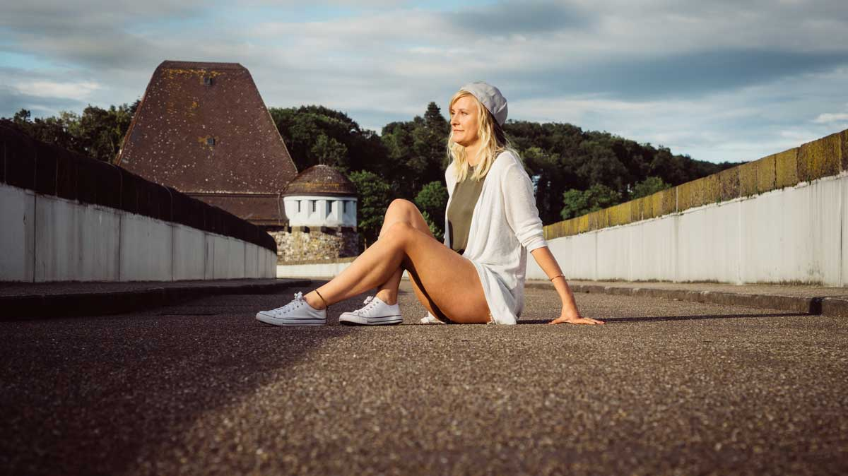 ©️benjamin wojcik photography - Fotograf Sauerland: Frau sitzt auf Staumauer