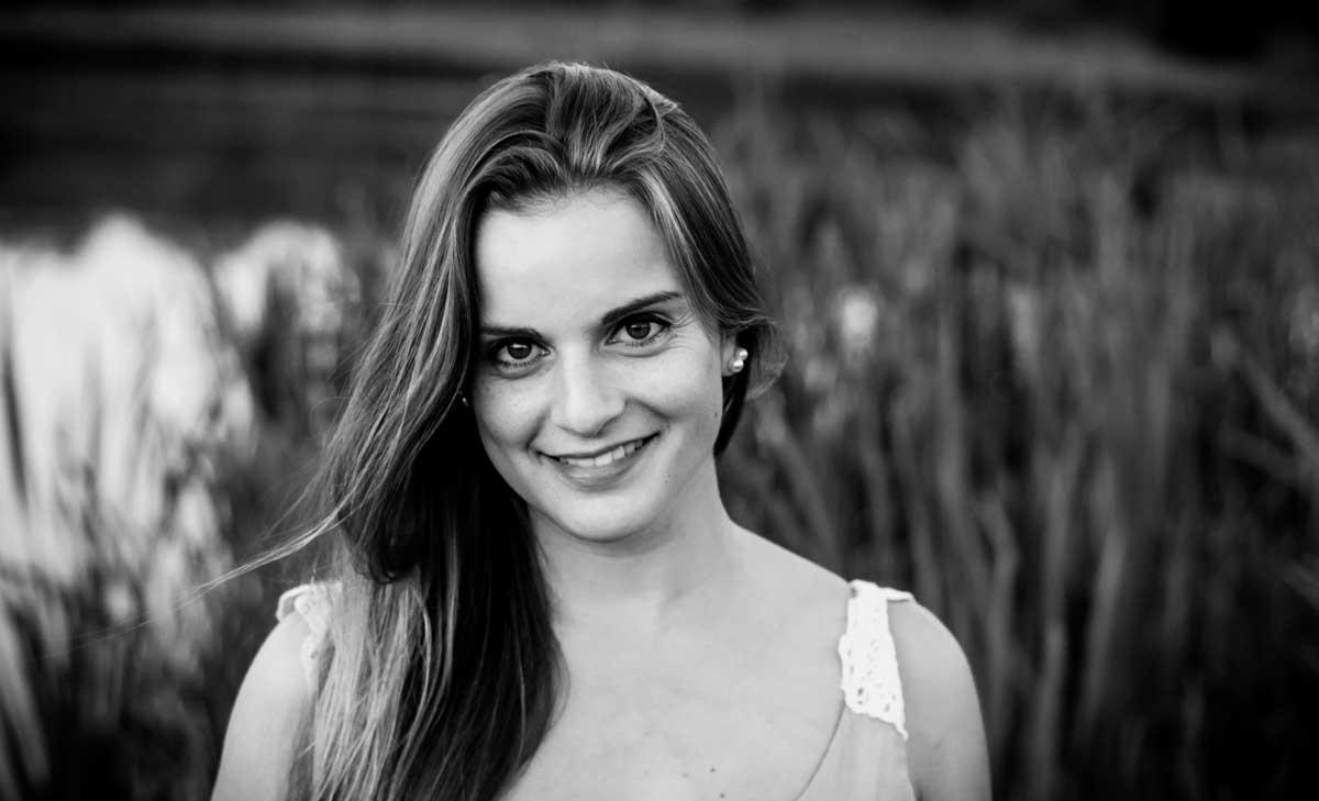 ©️benjamin wojcik photography - Fotografen Dortmund: Junge Frau vor Schilf. Schwarzweiß Foto