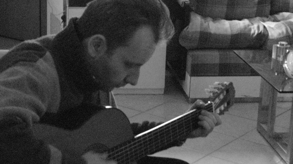 Musicista che suona la chitarra