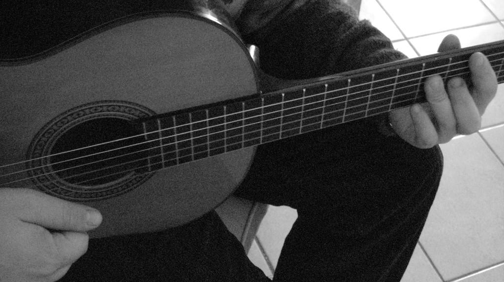 Musicista con chitarra III dettaglio
