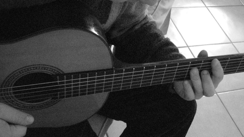 Musicista con chitarra II dettaglio
