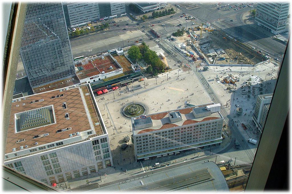 Bilder und Fotos vom Alexanderplatz in Berlin und von den Spuren der DDR am Alex. Geschichte der DDR am Alex. Das Bild zeigt einen Blick vom Fernsehturm aus auf den Platz herunter.