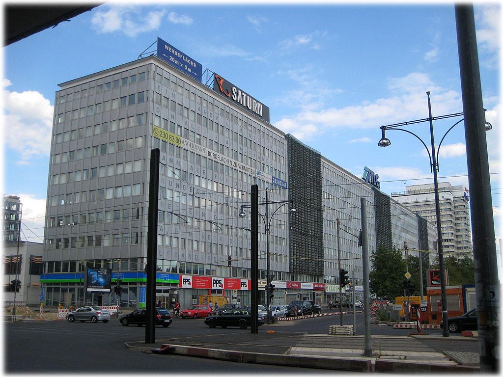 Das Foto zeigt Das Alfred-Döblin-Haus am Berliner Alexanderplatz. Auf dem Bild sind ganz schwach die Zitate aus dem Buch von Alfred Döblin zu erkennen. Bilder vom Alexanderplatz in Berlin.