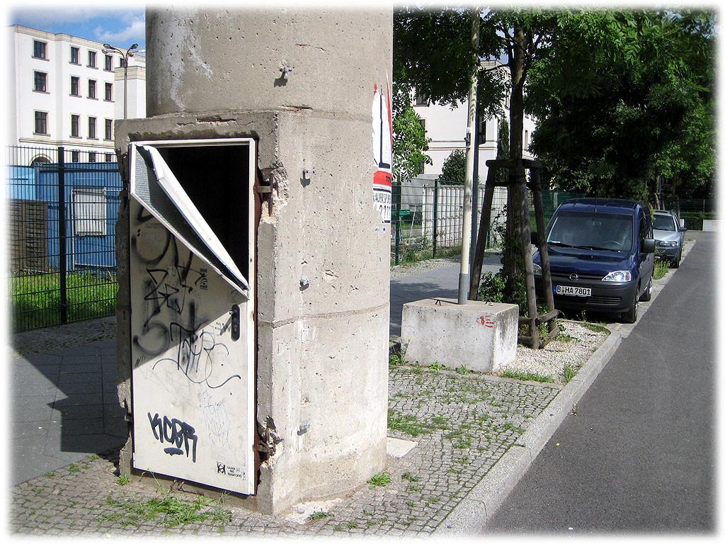 Das Bild zeigt den ehemaligen Wachturm an der Berliner Mauer und dessen Eingangsbereich im Detail. Entlang der Berliner Mauer fanden sich zahlreiche DDR-Grenztürme, um die Grenzanlagen zu sichern.