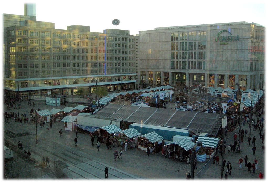 Ein Bild vom Alexanderplatz, als gerade ein Markt darauf stattfindet. Diese Homepage zeigt zahlreiche Bilder und Fotos vom Alexanderplatzin Berlin. Zu Zeiten der DDR war der Alex das Herz des Ostens.