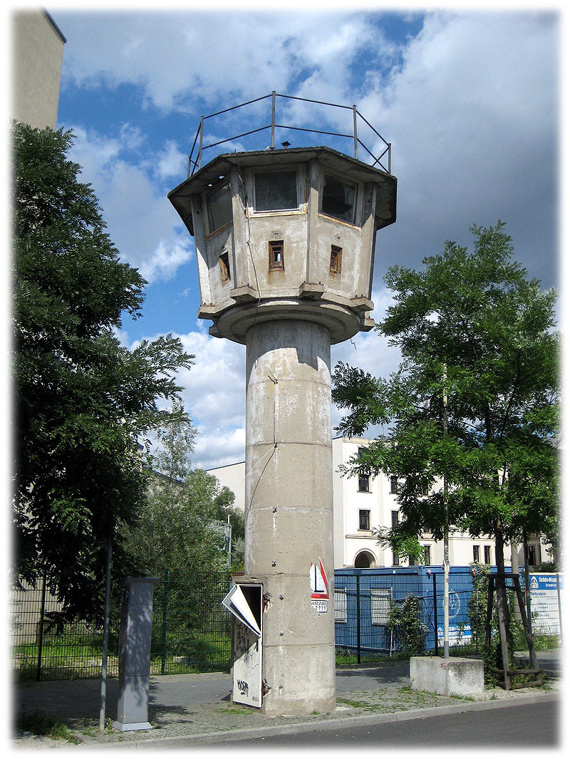 Ein Bild von einem Wachturm der DDR-Grenzanlage. An der Grenze befanden sich zahlreiche Wachtürme zur Grenzsicherung. Bilder von der Geschichte der Berliner Mauer. Bilderbuch Berlin.