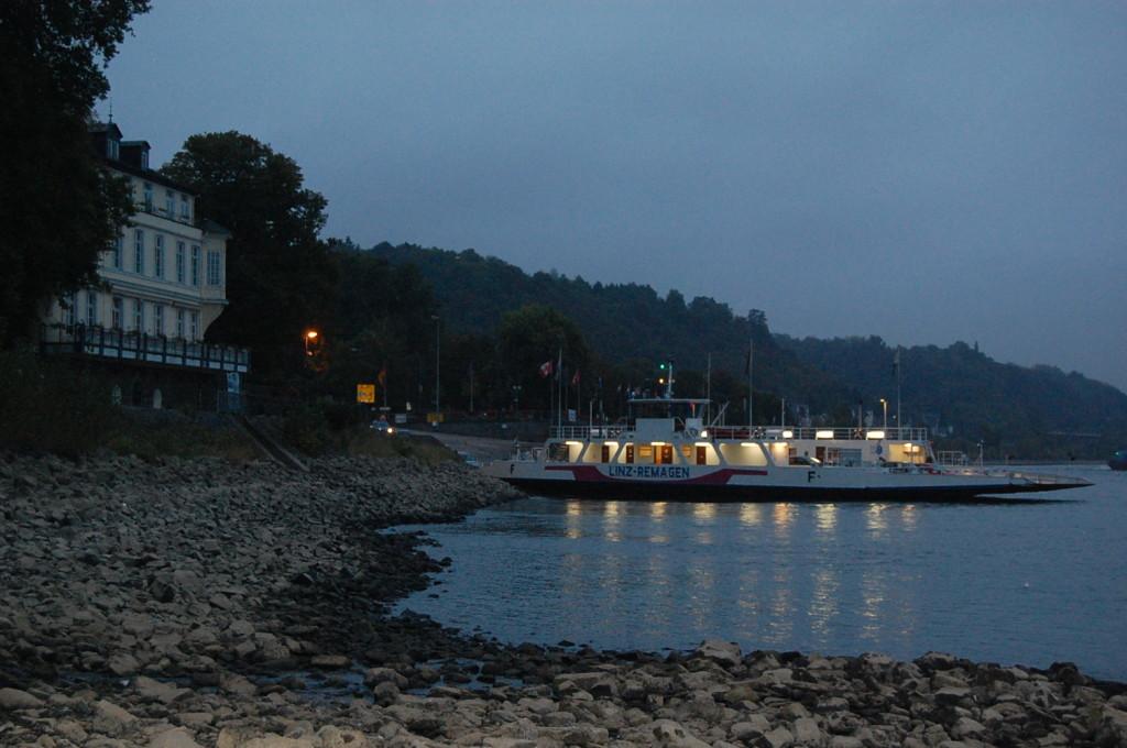 ...Schiffe. Die Autofähre schafft sie von 6 bis 0 Uhr über den Rhein, die PKW und Motorräder.