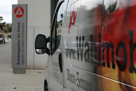 Das Wahlmobil vor der Agentur für Arbeit in Pirmasens. Foto: Katharina Dielenhein