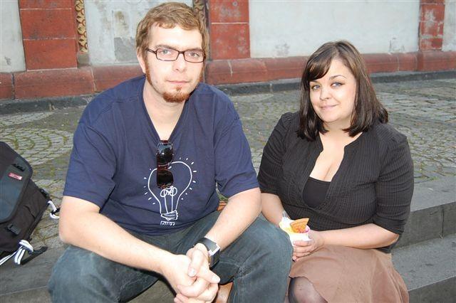 """Tim (28) und Alexandra (27) interessiert vor allem eines: Wie haben die Piraten abgeschnitten? Ein bisschen enttäuscht sind sie über """"nur"""" zwei Prozent. Sie hatten sich """"frischen Wind"""" für die deutsche Polit-Landschaft gewünscht."""