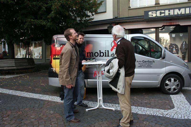 Vorgefahren in Linz am Rhein ist das Wahlmobil, weil die Menschen der Bahn- und Straßenlärm belästigt.