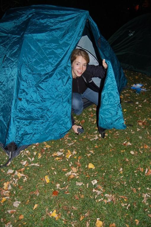 Wow, das Zelt bleibt sogar stehen, Sine. Wahnsinn! Und gute Nacht!