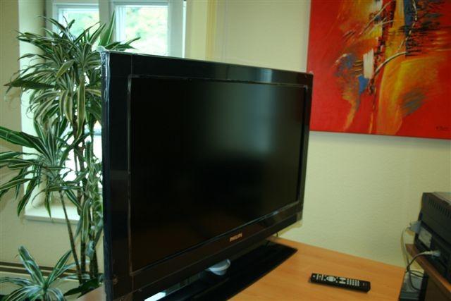 Auf dem Fernseher guckt der Landeswahlleiter am Sonntag die Bundestagswahl