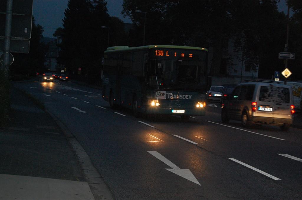 Linz bei Nacht - ganz nett. Sie fahren auch durchs Dunkle, die Busse, LKW, Züge und...