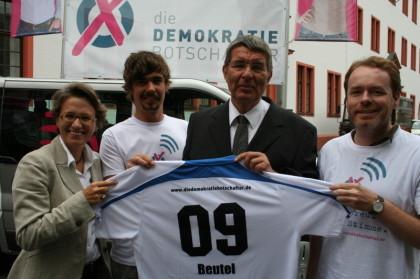 Der Mainzer Oberbürgermeister Jens Beutel unterstützt die Aktion der Demokratiebotschafter. Links: Die Projektinitiatorin Kerstin Plehwe. Foto: Anna Spiegel